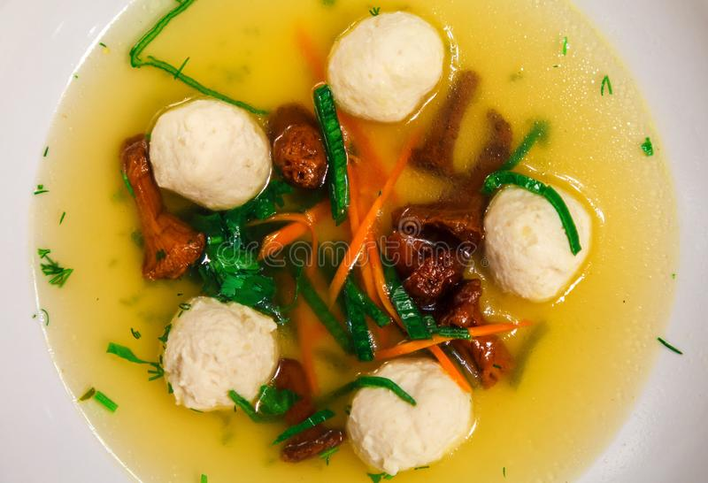 Caldo de la seta con las verduras y las bolas de masa hervida del pollo imágenes de archivo libres de regalías