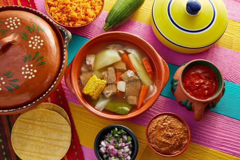 Caldo de res Mexikan nötköttbuljong i tabell royaltyfria bilder