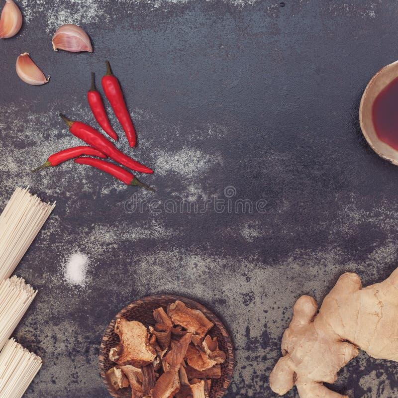 Caldo do cogumelo com macarronetes asiáticos, ingredientes imagem de stock royalty free