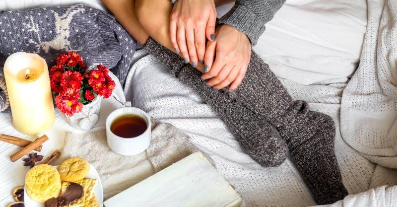 Caldo e accogliente, la ragazza nel maglione fotografie stock libere da diritti