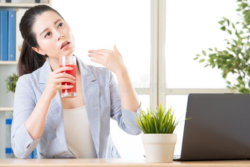 Caldo in ufficio, dovete provare il succo dell'anguria riducete il corpo immagini stock libere da diritti