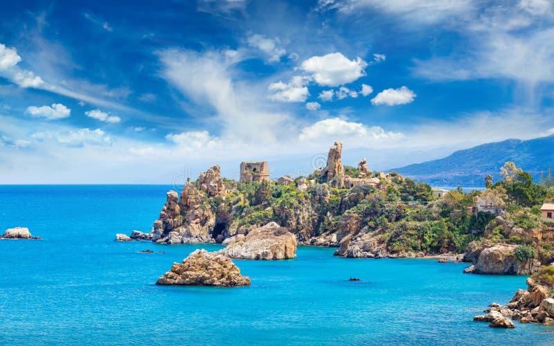 Calduratoren op Kaap Caldura dichtbij Cefalu, Sicili?, Itali? royalty-vrije stock foto