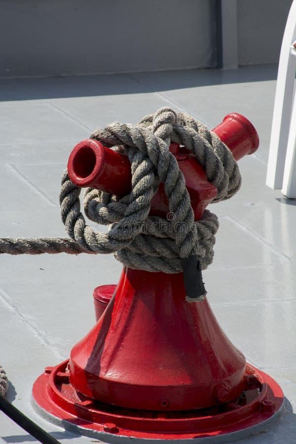 Cale de corde sur le bateau à roue arrière images libres de droits