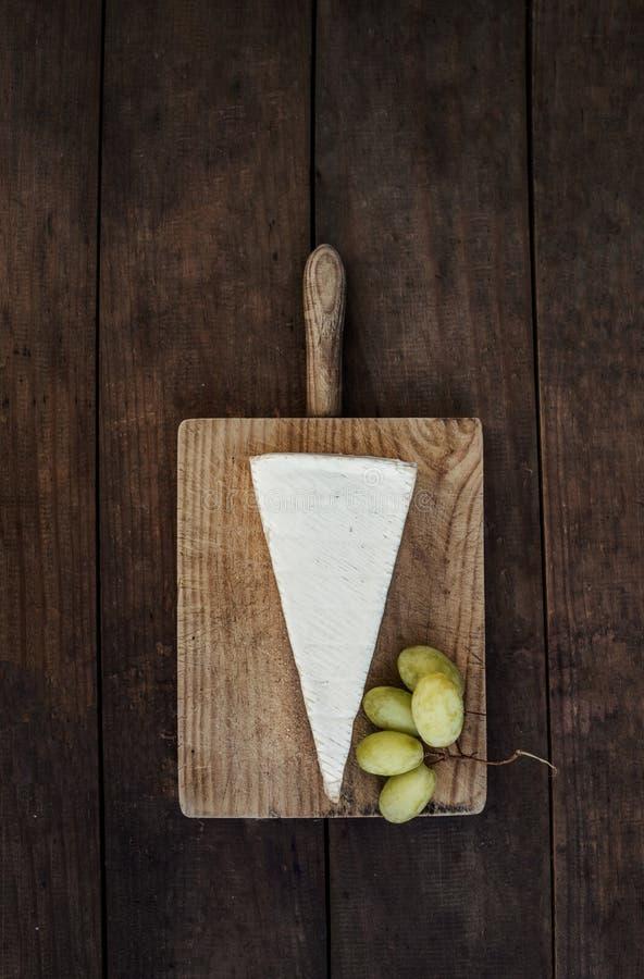 Cale de fromage de brie sur le fond en bois foncé Vue supérieure cop image libre de droits