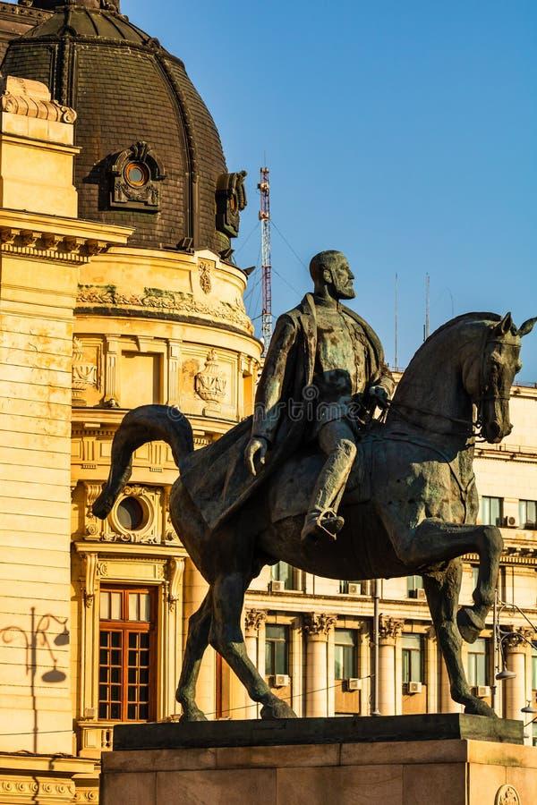 Calea Victoriei, La Biblioteca Nacional y la estatua ecuestre de Carol I en Bucarest, Rumania, 2019 imagen de archivo