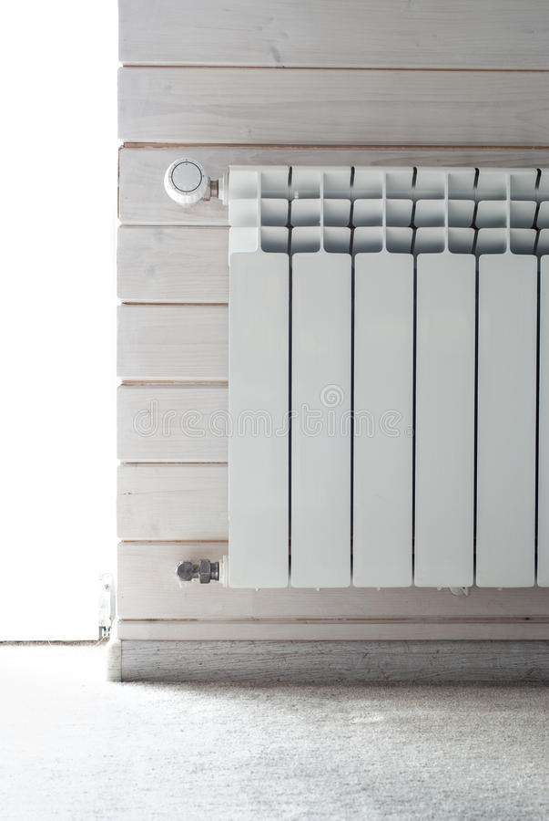 Calefacción del panel con el regulador de calor Radiador blanco fotos de archivo libres de regalías