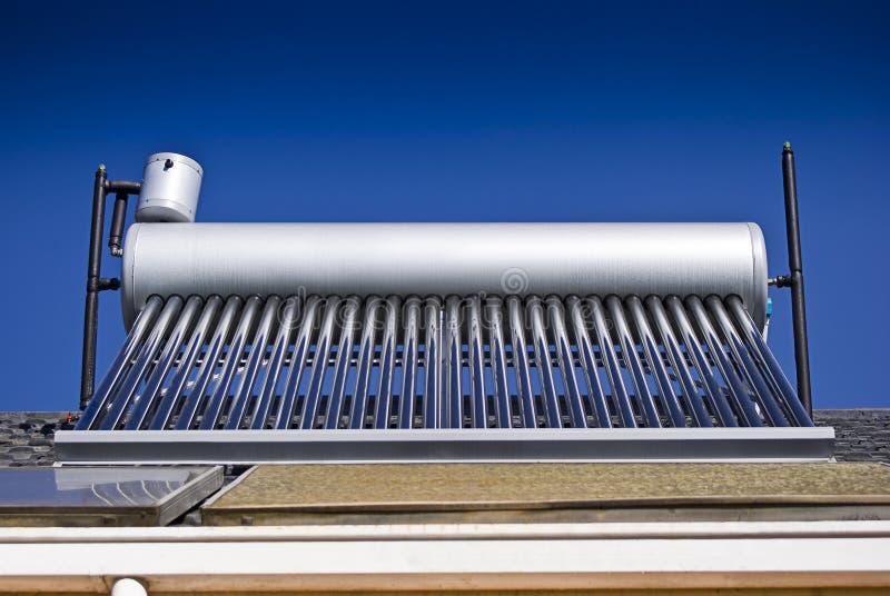 Calefator de água solar - câmaras de ar de vidro evacuadas fotografia de stock royalty free