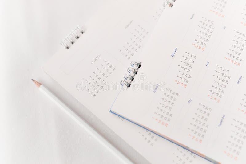 Calendário branco no planeamento fotografia de stock