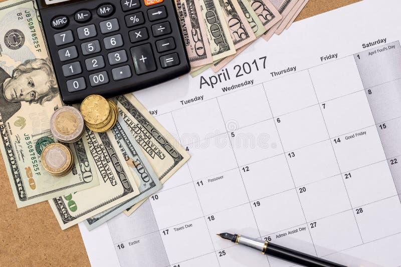 Calendário com data aprazada e nós do imposto dinheiro, pena, calculadora Em abril de 2017 imagem de stock
