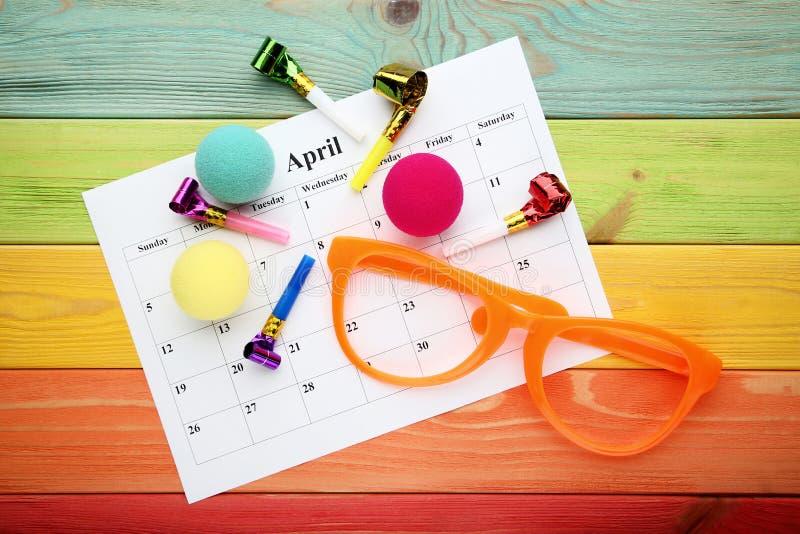 Calendário de abril com vidros imagem de stock