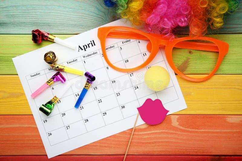 Calendário de abril com vidros e ventilador imagem de stock