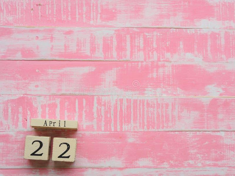 Calendário de bloco de madeira para mundo Dia da Terra o 22 de abril, rosa brilhante imagens de stock royalty free