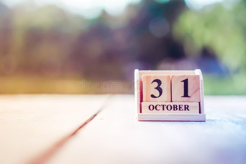 Calendário de madeira da data e do mês da mostra do bloco do tijolo do 31 de dezembro que significa o fim de anos fotografia de stock
