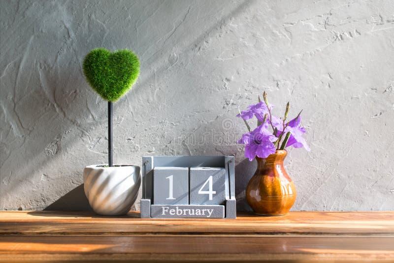 calendário de madeira do vintage para o 14 de fevereiro com coração verde na madeira t imagens de stock royalty free