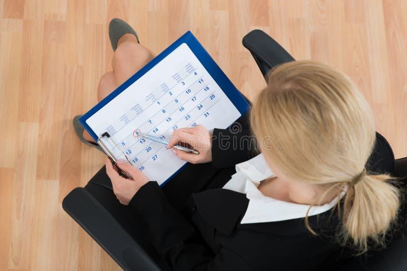 Calendário de Marking Date On da mulher de negócios fotos de stock royalty free