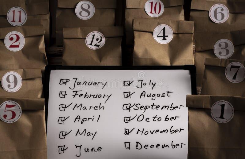 Calendário do advento com os sacos de papel numerados com etiquetas fotos de stock royalty free