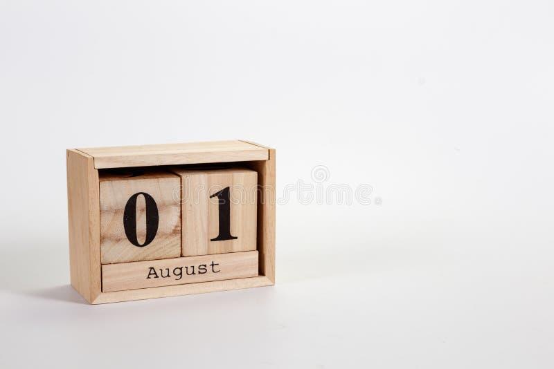 Calendário o 1º de agosto de madeira em um fundo branco fotos de stock