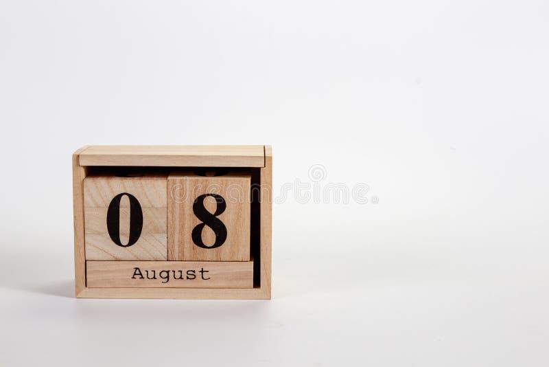Calendário o 8 de agosto de madeira em um fundo branco imagem de stock