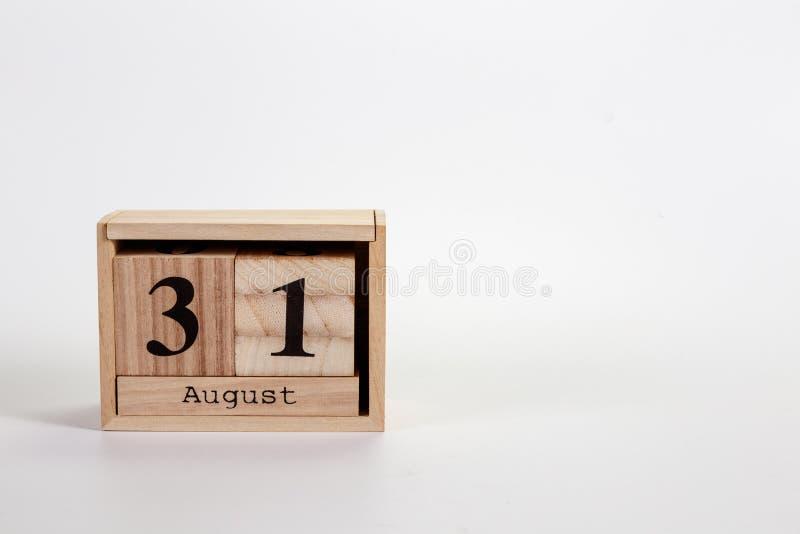 Calendário o 31 de agosto de madeira em um fundo branco imagem de stock royalty free