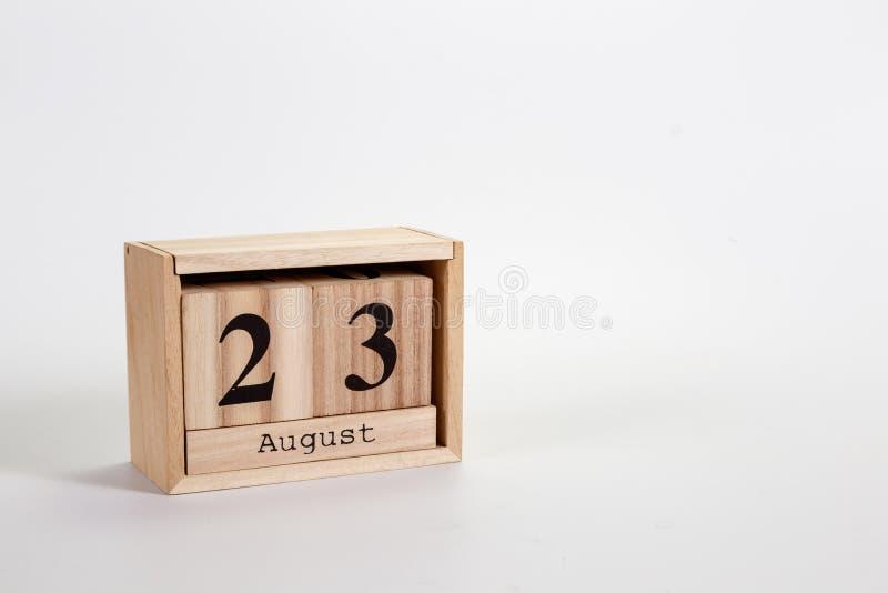 Calendário o 23 de agosto de madeira em um fundo branco fotografia de stock royalty free