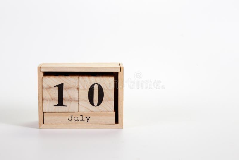 Calendário o 10 de julho de madeira em um fundo branco foto de stock royalty free