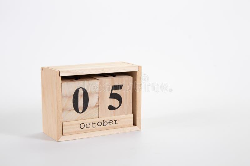 Calendário o 5 de outubro de madeira em um fundo branco foto de stock