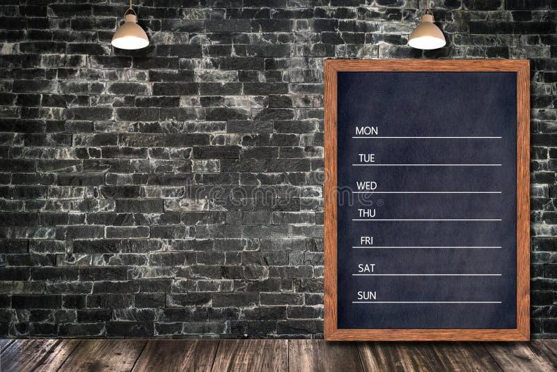 Calendário semanal do quadro, menu do sinal do quadro-negro para a casa da barra do restaurante do escritório decorativa fotografia de stock royalty free