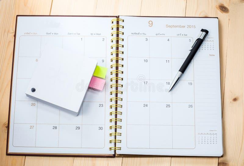 Calendário vazio do desktop com memorando fotografia de stock