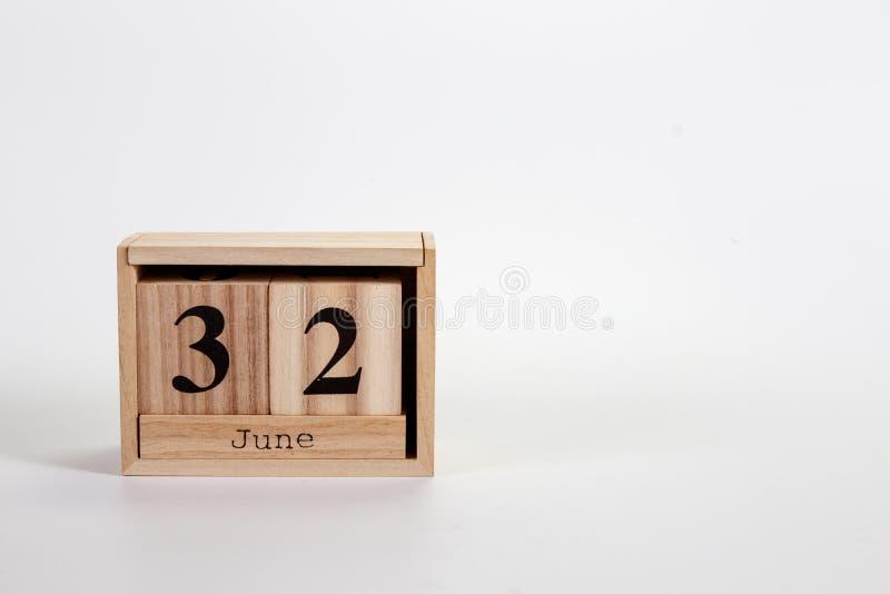 Calend?rio junho de 32 de madeira em um fundo branco imagens de stock royalty free