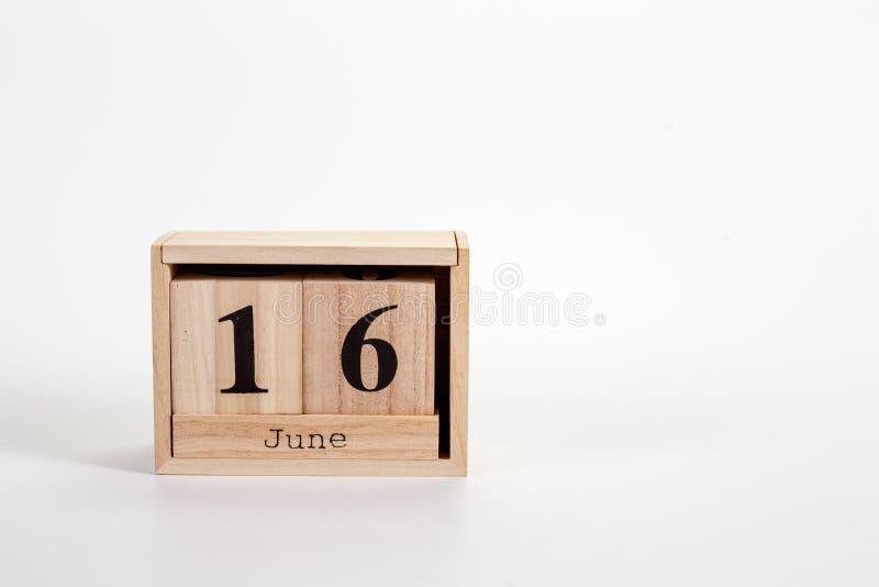 Calend?rio o 16 de junho de madeira em um fundo branco foto de stock