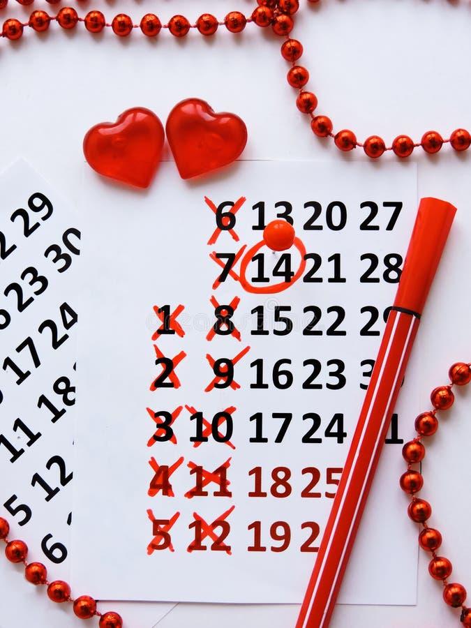 Страница календаря с красными сердцами 14-ого февраля дня Святого Валентина Святого Романтичный, концепция дня Валентайн стоковые фотографии rf
