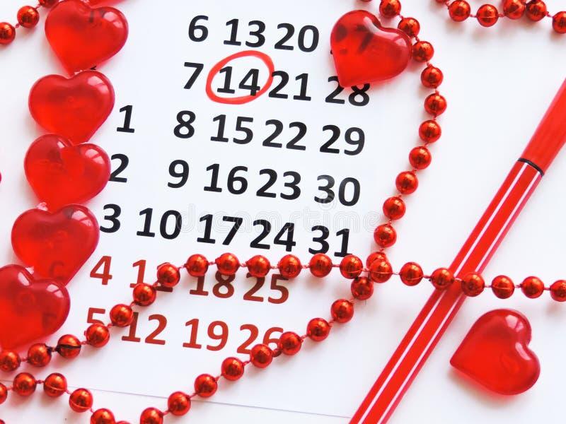 Страница календаря с красными сердцами 14-ого февраля дня Святого Валентина Святого Романтичный, концепция дня Валентайн стоковые изображения rf