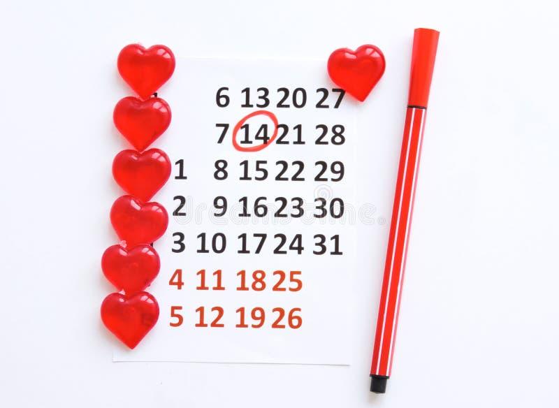 Страница календаря с красными сердцами 14-ого февраля дня Святого Валентина Святого Романтичный, концепция дня Валентайн стоковое фото rf