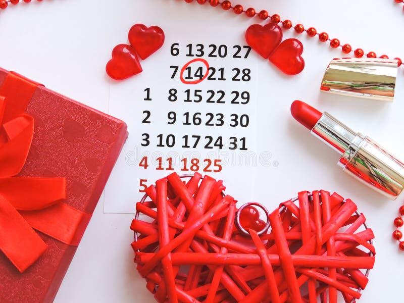 Страница календаря с красными сердцами 14-ого февраля дня Святого Валентина Святого Романтичный, концепция дня Валентайн стоковые фото