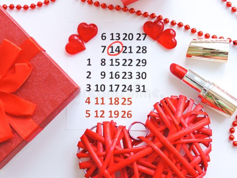 Страница календаря с красными сердцами 14-ого февраля дня Святого Валентина Святого Романтичный, концепция дня Валентайн стоковое изображение rf