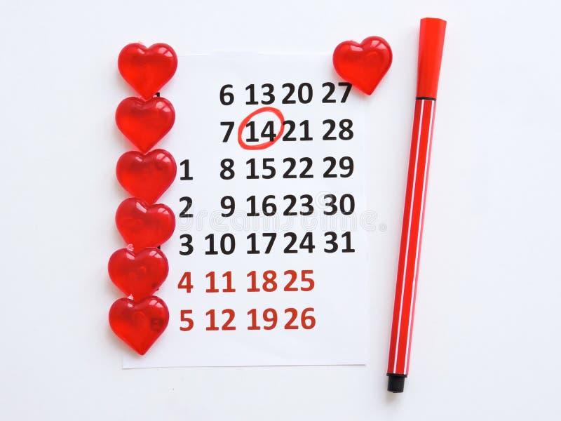 Страница календаря с красными сердцами 14-ого февраля дня Святого Валентина Святого Романтичный, концепция дня Валентайн стоковые изображения