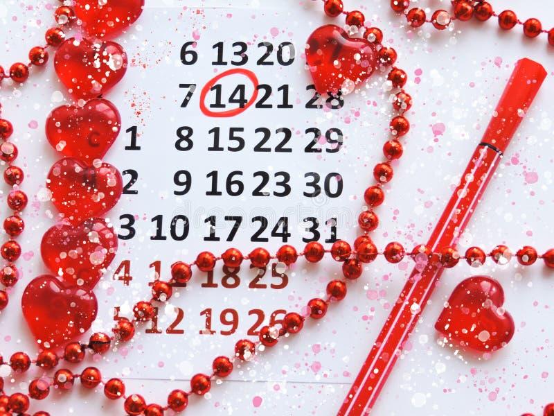 Страница календаря с красными сердцами 14-ого февраля дня Святого Валентина Святого Романтичный, концепция дня Валентайн стоковая фотография