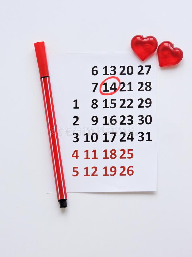 Страница календаря с красными сердцами 14-ого февраля дня Святого Валентина Святого Романтичный, концепция дня Валентайн стоковое фото