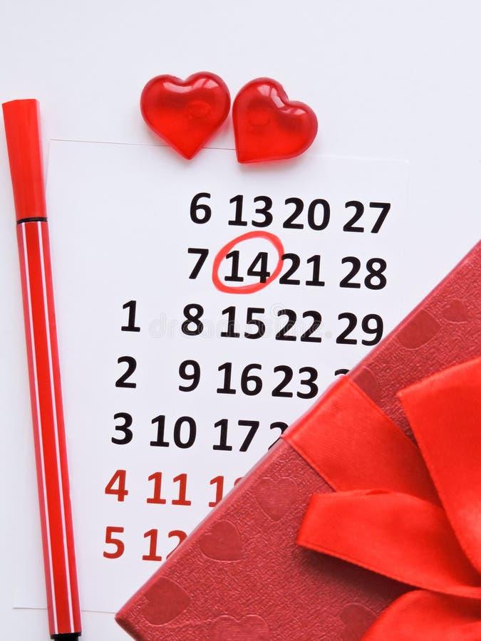 Страница календаря с красными сердцами 14-ого февраля дня Святого Валентина Святого Романтичный, концепция дня Валентайн стоковое изображение