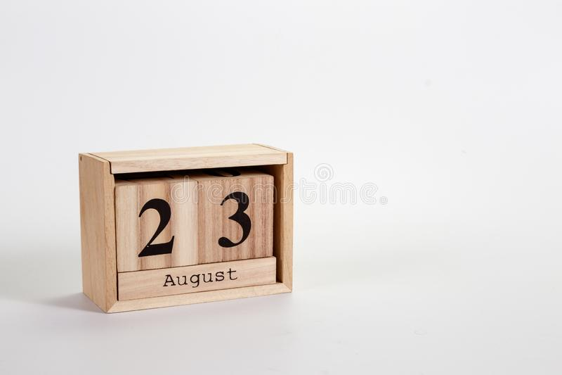 Calendario 23 agosto di legno su un fondo bianco fotografia stock libera da diritti