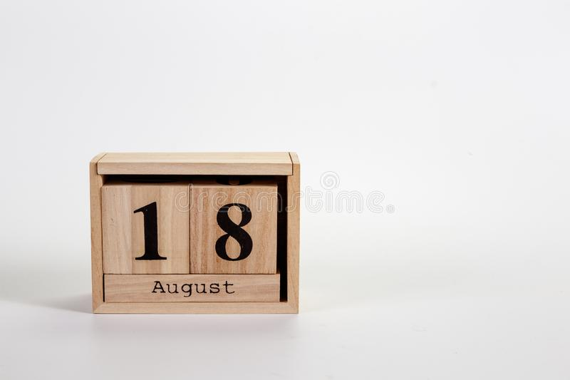 Calendario 18 agosto di legno su un fondo bianco fotografie stock