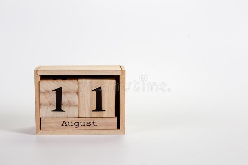 Calendario 11 agosto di legno su un fondo bianco immagini stock