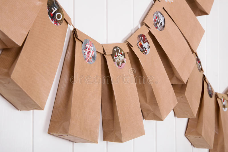Calendario armeggiato fatto a mano di arrivo con i sacchi di carta e gli autoadesivi fotografia stock libera da diritti
