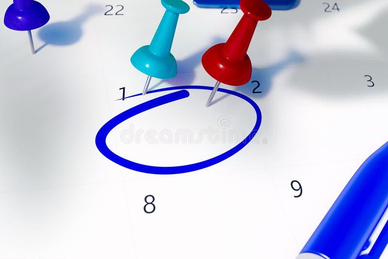 Calendario con el rojo, el trullo, los pernos azules y el espacio cirlced vacío a recordar para algo importante stock de ilustración