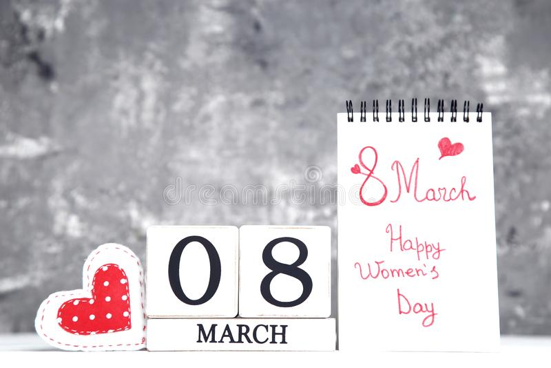 Calendario con il cuore ed il testo del tessuto il giorno delle donne felici dell'8 marzo fotografie stock libere da diritti