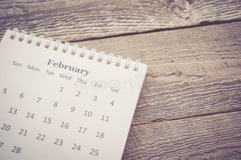 Calendario con lo spazio della copia su fondo di legno nel tono d'annata immagine stock libera da diritti