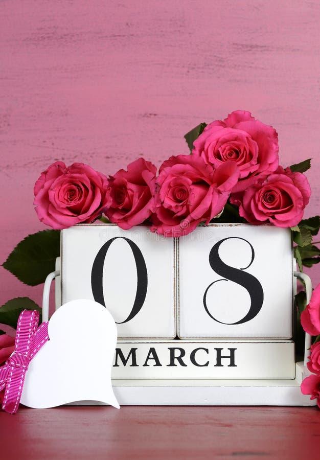 Calendario d'annata bianco del blocchetto di legno di Giornata internazionale della donna fotografie stock libere da diritti