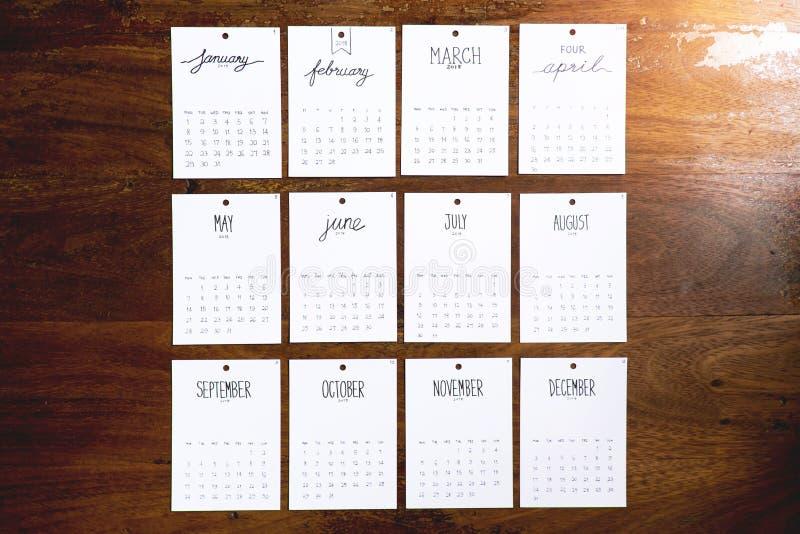 Calendario d'annata 2018 fatto a mano sulla parete di legno fotografie stock