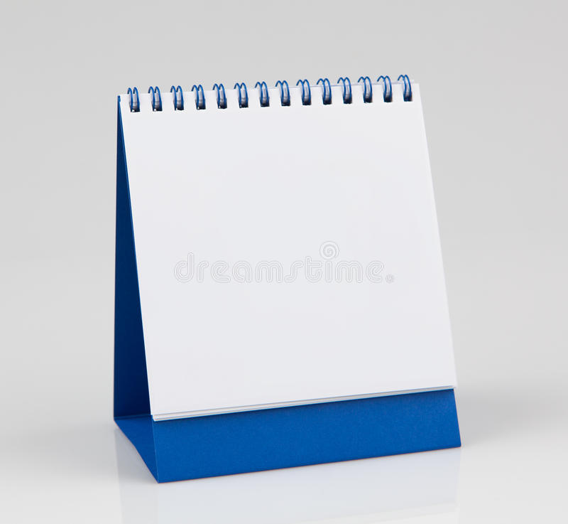 Calendario da scrivania in bianco, isolato su fondo bianco immagine stock libera da diritti