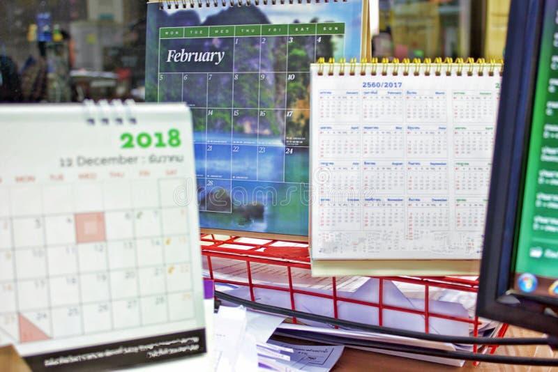 Calendario da scrivania sullo scrittorio fotografia stock